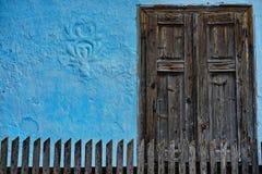 Finestre chiuse sulla casa blu fotografia stock libera da diritti