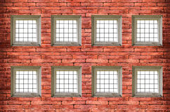 finestre con le barre di ferro sul vecchio muro di mattoni rosso Immagini Stock Libere da Diritti