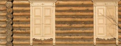 Finestre con le imposte della parete di legno fotografia stock