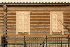 Finestre con le imposte della parete di legno Immagine Stock