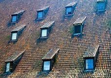 Finestre coperte di tegoli del tetto Fotografie Stock Libere da Diritti