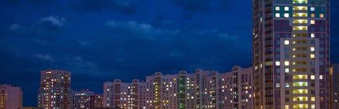Finestre d'ardore delle case contro lo sfondo del concetto dell'insegna del cielo notturno Fotografie Stock