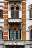 Finestre decorate in una costruzione antica della città di Genova fotografia stock libera da diritti