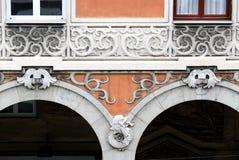 Finestre decorate in una costruzione antica della città di Genova immagine stock