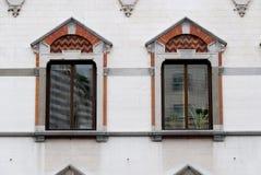 Finestre decorate in una costruzione antica della città di Genova immagini stock