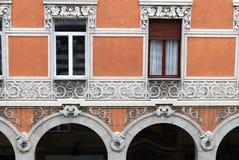Finestre decorate in una costruzione antica della città di Genova fotografie stock