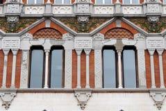Finestre decorate in una costruzione antica della città di Genova immagine stock libera da diritti