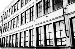 Finestre degli edifici per uffici nell'alta chiave una d in bianco e nero Immagine Stock