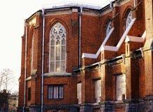 Finestre del muro di mattoni del cielo di giorno di luce solare della chiesa di architettura diSankt-Pietroburgo vecchie Fotografia Stock Libera da Diritti