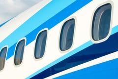Finestre dell'aeroplano in aereo di linea immagini stock libere da diritti