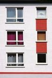 Finestre dell'appartamento con le tende variopinte immagine stock libera da diritti