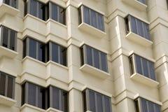 Finestre dell'appartamento dell'alloggiamento. Fotografia Stock