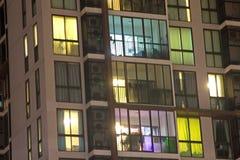 Finestre dell'appartamento dell'alta società alla notte con la grande vista della c Immagine Stock Libera da Diritti