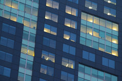 Finestre dell'appartamento della città alla notte Fotografia Stock