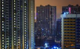 Finestre dell'appartamento per il concetto di segretezza alla notte Individualismo e spazio vitale Bene immobile per affitto e ve fotografie stock libere da diritti