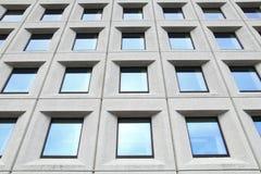 Finestre dell'edificio per uffici Immagini Stock Libere da Diritti