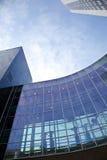 Finestre dell'ufficio con cielo blu Immagini Stock Libere da Diritti
