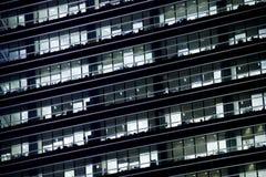 Finestre dell'ufficio nella notte Fotografia Stock Libera da Diritti