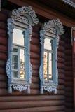 Finestre della casa del villaggio con le disposizioni, Palekh, regione di Vladimir, Russi Immagine Stock