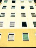 finestre della costruzione di aparment Immagini Stock