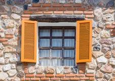 Finestre di apertura dalla casa fatta dalle rocce Immagini Stock