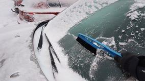 Finestre di automobile di pulizia Fotografie Stock Libere da Diritti