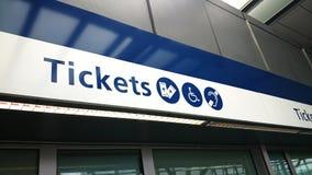 Finestre di biglietti alla stazione ferroviaria immagini stock