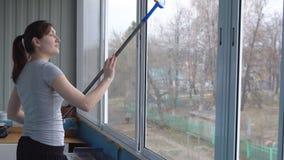 Finestre di lavaggio della giovane donna con la zazzera di gomma archivi video