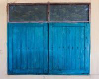Finestre di legno blu chiuse fotografia stock