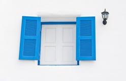 Finestre di legno blu con la lanterna in costruzione bianca fotografie stock