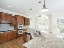 finestre di modello di lusso della cucina interna domestica dell'arco Immagini Stock