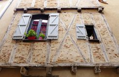 Finestre di pietra medievali della casa Immagini Stock