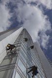 Finestre di pulizia del lavoratore su altezza Immagini Stock Libere da Diritti