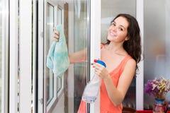 Finestre di pulizia della casalinga Fotografie Stock