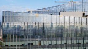 Finestre di vetro di alta costruzione moderna Immagine Stock