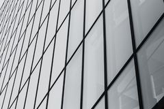 Finestre di vetro di costruzione in bianco e nero immagini stock libere da diritti