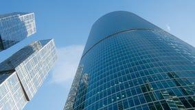 Finestre di vetro dei grattacieli contro il cielo blu immagine stock libera da diritti