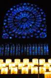 Finestre di vetro macchiate e candele Fotografia Stock