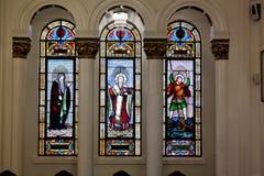 Finestre di vetro macchiato in cattedrale greco ortodossa fotografia stock