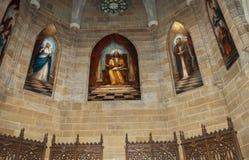 Finestre di vetro macchiato della chiesa cattolica fotografia stock libera da diritti