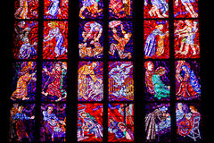 Finestre di vetro macchiato della st Vitus a Praga, repubblica Ceca. Immagine Stock