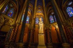 Finestre di vetro macchiato dentro il Sainte Chapelle a Parigi, Francia immagine stock