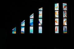 Finestre di vetro macchiato disegnate moderne sopra l'altare Immagine Stock Libera da Diritti