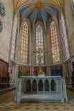 Finestre di vetro macchiato e dell'altare sotto l'alto bello cei arcato Immagini Stock