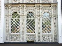 Finestre domestiche di legno bianche, Lituania fotografie stock libere da diritti