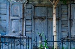 Finestre e casa di legno autentiche dell'oggetto d'antiquariato delle porte, luce naturale fotografie stock