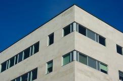 Finestre e cielo blu bianchi dell'angolo della costruzione Fotografia Stock Libera da Diritti