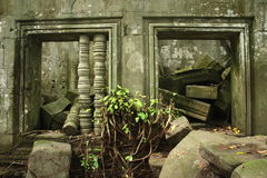 Finestre e detriti rovinati in monumento della Cambogia immagine stock