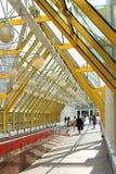 Finestre e gente gialle del corridoio Immagini Stock