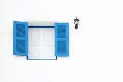 Finestre e lampada greche di stile Fotografie Stock Libere da Diritti